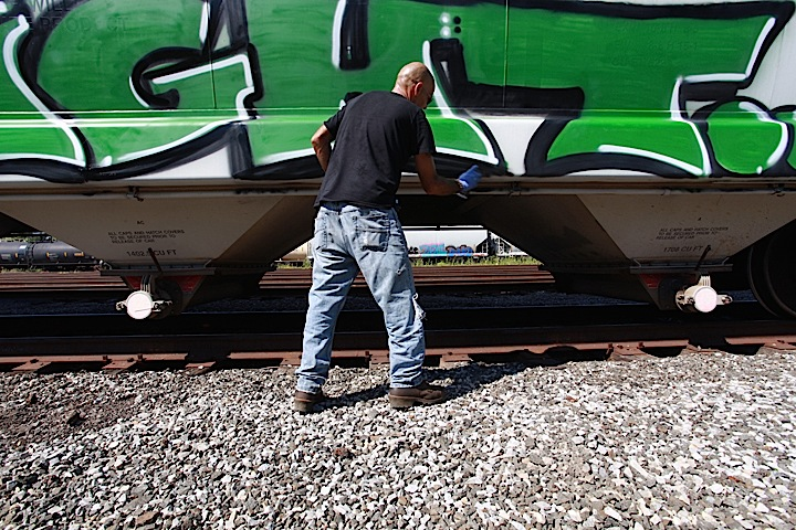 alski-paints-graffiti